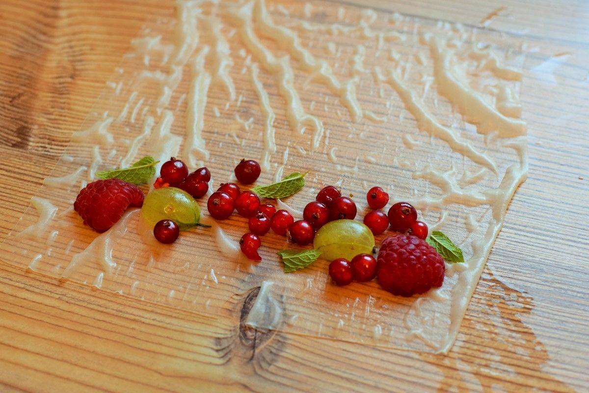 Berry-Summerrolls.JPG - Beeren auf Reispapier auf Holztisch.