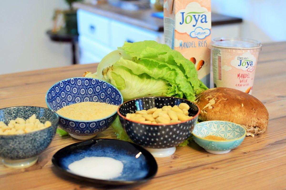 Ceasar Salad Zutaten Joya - Caesar Salad Zutaten auf braunem Holztisch