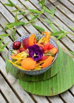 Couscous Marillen Salat mit orientalischem Dressing - Eine Schüssel mit Couscous Marillen Salar mit orientalischem Dressing auf grauem Holztisch