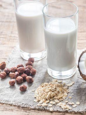 Zucker in Joya Produkten - Vier Gläser mit verschiedenen Milchalternativen und den Zutaten