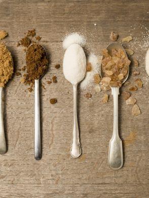 8 natürliche Süßungsmittel Zuckeralternativen - Fünf verschiedene Löffel mit natürlichen Süßungsmittel als Zuckeralternativen