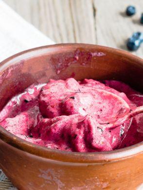 Selbstgemachtes Eis mit Heidelbeeren - Eine braune Schussel voll mit selbstgemachtem Heidelbeer Eis