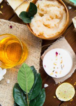 Die 10 besten Links zu Naturkosmetik - Selbstgemachte Naturkosmetika auf einem braunen Holztisch