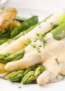 Spargel mit veganer Sauce Hollandaise - Spargel mit veganer Sauce Hollandaise angericht auf einem weißen Teller