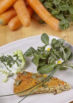 Vegane-Gemüse-Quiche - Vegane Gemüse-Quiche angerichtet auf einem weißen Teller