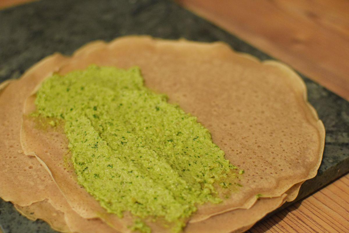 Buchweizenröllchen mit Grünkohl-Walnuss Pesto Zubereitung - Buchweizenflade mit Grünkohl-Walnusspesto bestrichen