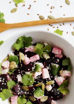 Rote Rüben Salat Asia Style - Rote Rüben Salat Asia Style angerichtet in einer weißen Schüssel
