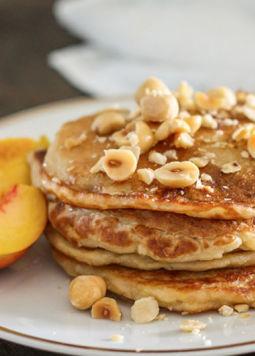 Kokos Buchweizen Pancakes - Kokos Buchweizen Pancakes mit Nüssen und Pfirsichen angerichtet