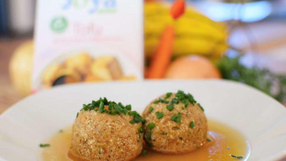 Klare Suppe mit Linsen-Tofuknödel - Clear Soup with Lentil & Tofu Dumplings in a supper counter