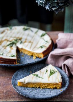 Polentakuchen mit Rosmarin - Aufgeschnittener Polentakuchen mit Rosmarin auf einem blauen Teller - © Foodtastic