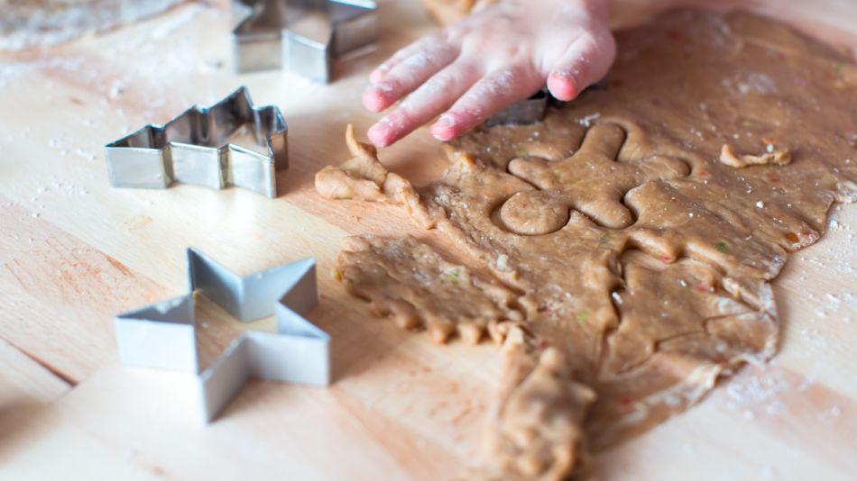 Mandel-Lebkuchen - Kekse werde aus dem Mandel-Lebkuchen-Teig ausgestochen