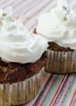 Glutenfreie Karotten-Chia-Cupcakes - 2 gluten-free Carrot and Chia Cupcakes