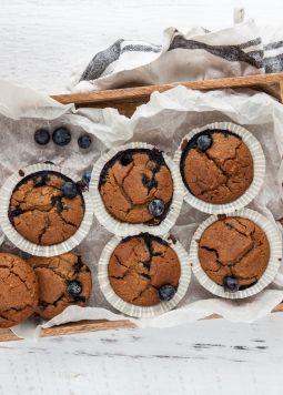Glutenfreie Mandel-Frühstücksmuffins - Glutenfreie Mandel-Frühstücksmuffins mit Heidelbeeren auf einem grauen Untergrund - © Foodtastic