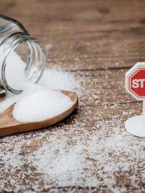 Tipps wie du deinen Zuckerkonsum reduzierst - Ein Glas mit weißem Zucker und kein kleines Stoppschild - © Shutterstock