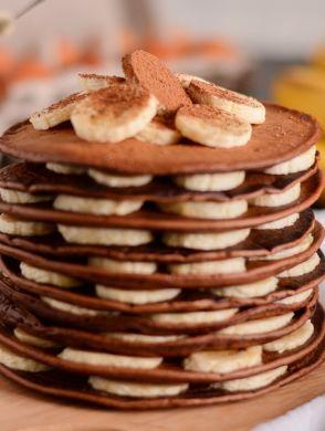 Schoko-Bananen-Pancakes_1200x800 - Ein Stapel Schoko-Pancakes und Bananenscheiben