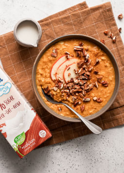 Pumpkin Spice Porridge - Eine Schüssel mit Pumpkin Spice Porridge und Hafer Drink 0% Zucker