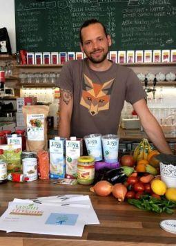 Stephan Schnedlitz - Stephan Schnedlitz steht hinter einem Tisch mit Joya Produkte und weiteren Zutaten für seine Rezepte