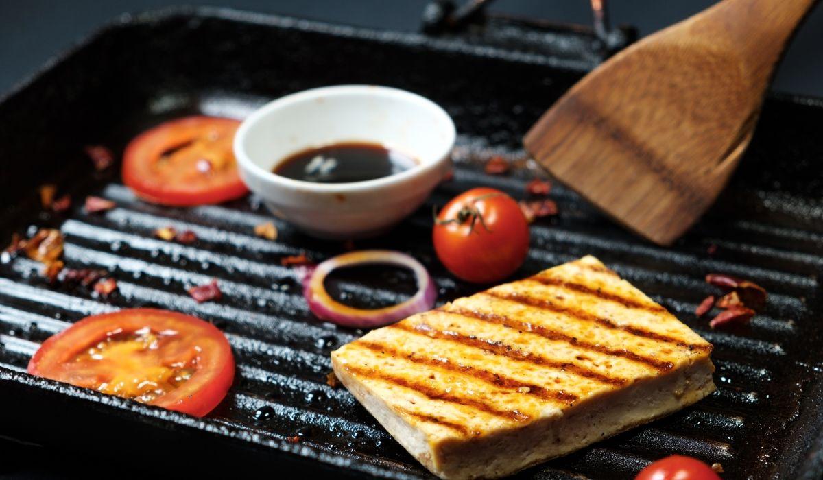 Tofu-Marinaden - Marinierter Tofu liegt in einer Pfanne und brät.