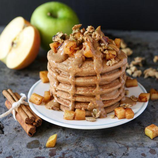 Apfel-Zimt Pancakes ohne Ei - Ein weißer Teller mit einem Stapel Pancakes und Garnierung - © caitlin-greene-432023