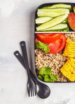 Meal Prep - Meal Prep, Gemüse in kleine Lunchboxen, Quinoa, Zoodles, gegrillter Mais