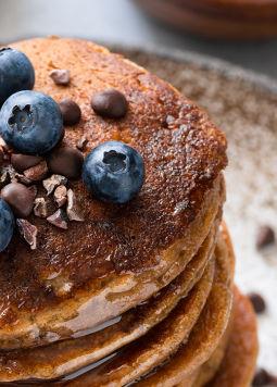 Buchweizen Pancakes - Ein Stapel Pancakes, getoppt mit Heidelbeeren