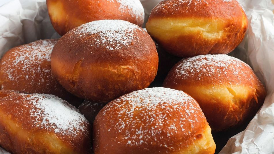 Vegane Faschingskrapfen - Several vegan donuts in a basket with white paper - © Shutterstock