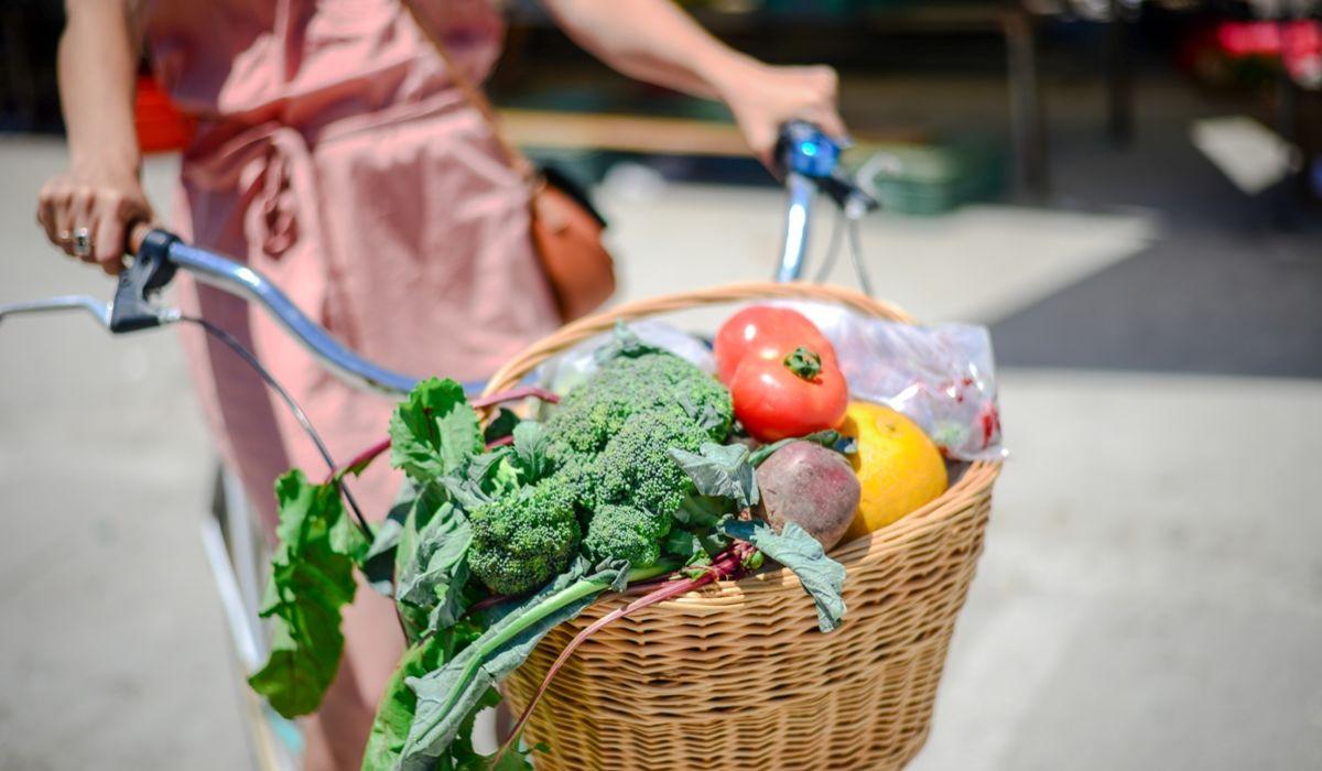 Frühjahrsputz: Entrümpele deine Ernährungsgewohnheiten - Gemüse in einem Fahrradkorb - © Shutterstock