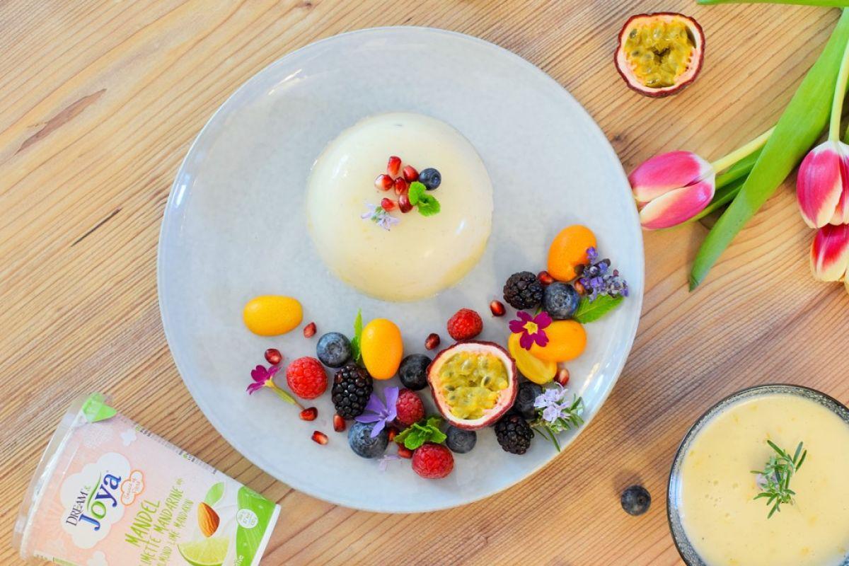 Limette-Mandarinen-Panna_Cotta-Joya-top - Limette-Mandarinen-Panna-Cotta mit Früchten und Blüten und Mandel Joghurtalternative - © Vegandreams