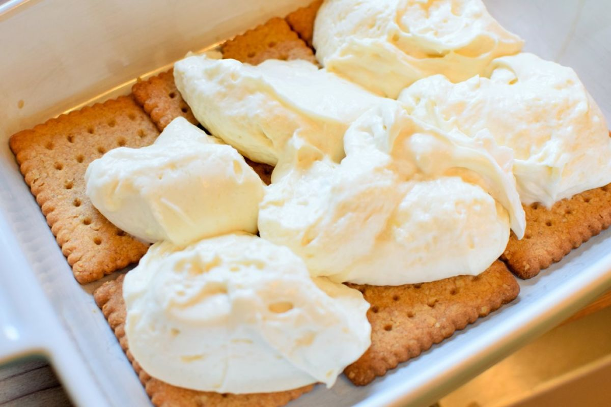 Karamell-Birnen Tiramisu-Zubereitung - Keksschicht und Creme für Karamell-Birnen Tiramisu - © Vegandreams