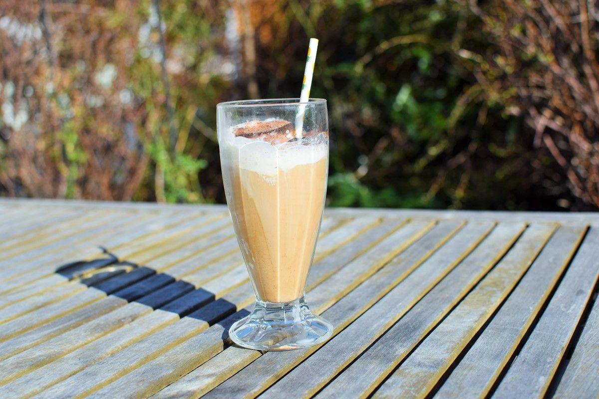 Mandel-Barista-Eiskaffee-Zubereitung  - Mandel Barista Eiskaffee auf einem Holztisch im Garten - © Vegandreams