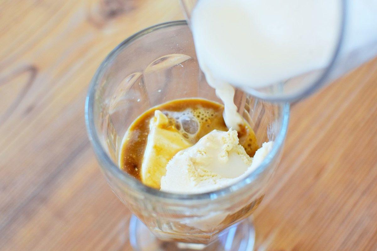 Mandel-Barista-Eiskaffee-Zubereitung-Eis - Mandel Barista Eiskaffee Zubereitung - © Vegandreams