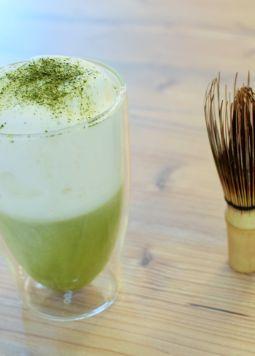 Matcha-Mandel-Shake - Matcha-Mandel Shake mit Schaum aus Mandel Drink Barista - © Vegandreams