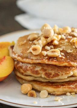 Pancakes Buchweizen - Kokos Buchweizen Pancakes mit Nüssen und Pfirsichen angerichtet