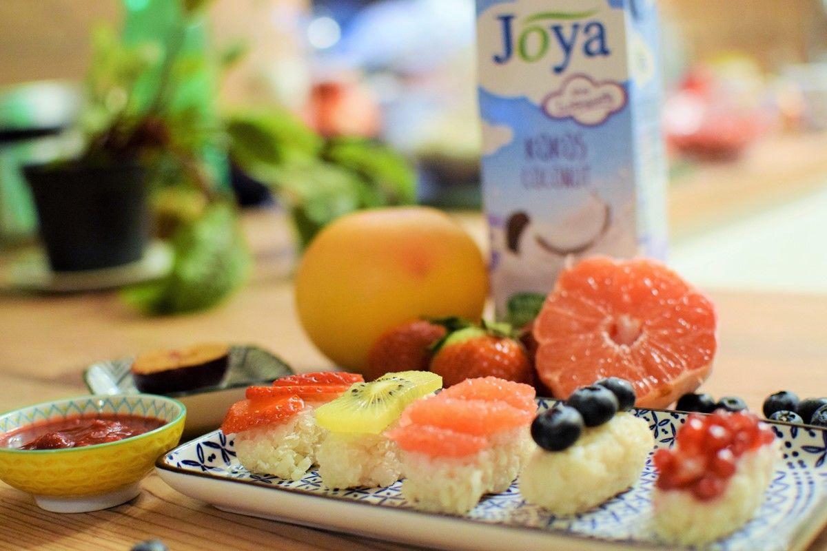 Suesses-Kokos-Sushi-Joya - Süßes Kokos-Sushi mit Früchten belegt und Joya Kokos Drink - © Joya