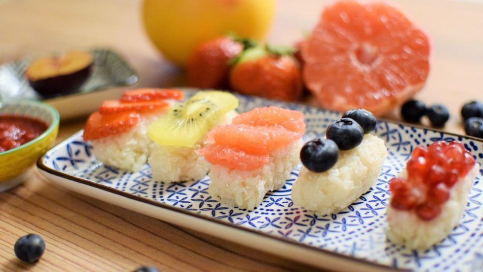 Suesses-Kokos-Sushi - Süßes Kokos-Sushi mit Früchten belegt - © Joya