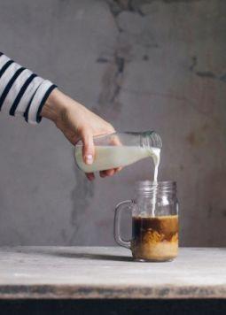 Lupinenkaffee - Jemand gießt Milch in ein Glas mit Kaffee - ©  alberto-bogo-557892-unsplash