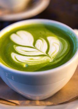Exotische Kaffee-Alternativen  - Eine Tasse mit Matcha Latte und Latte Art - © jason-leung-511996-unsplash