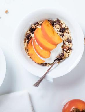 Hafer Fruehstueck  - Zwei Schalen mit Müsli und Pfirsichen auf deinem weißen Tisch - © alexander-mils-365917-unsplash