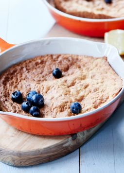 Souffle breakfast omlette with blueberries - Een rode pan met omelet en bosbessen met soufflé