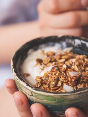 bowl-mit-granola - Eine Frau hält eine Bowl mit Granola und Yoghurt in der Hand - © Shutterstock