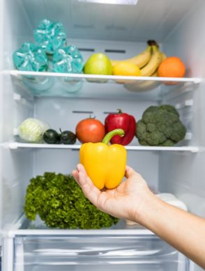 Lebensmittel-richtig-lagern - Ein offener Kühlschrank, in dem man Obst, Gemüse und Flaschen sieht. - © Shutterstock