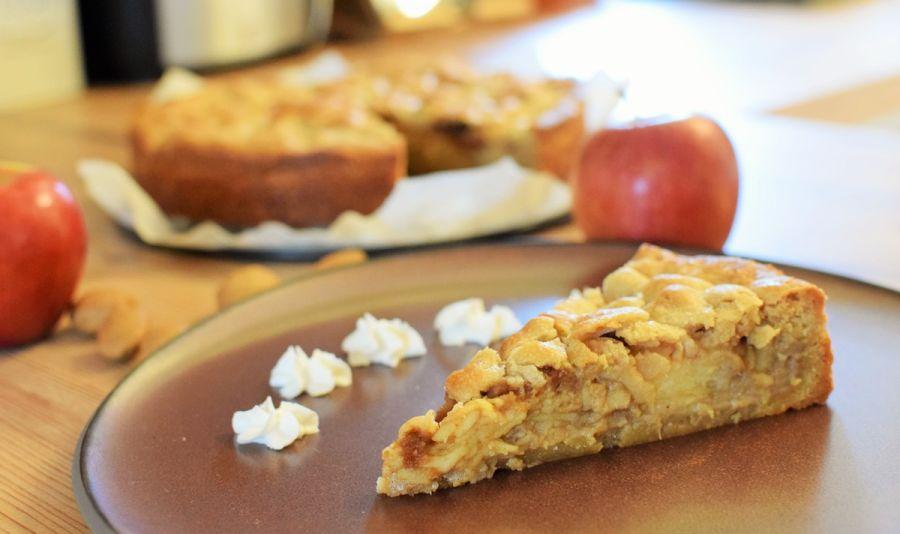 Gedeckter Apfel Karamell Mandel Kuchen Stueck - Ein Stück gedeckter Apfelkuchen auf einem braunen Teller - © Vegandreams
