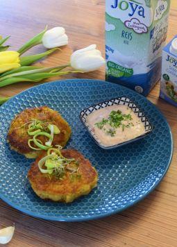 Kartoffellaibchen mit Schnittlauchdip Joya - Ein blauer Teller mit zwei Kartoffellaibchen und Schnittlauchdip, daneben eine Packung Joya Bio Reis Drink und Joya Bio Soja Cuisine - © Vegandreams